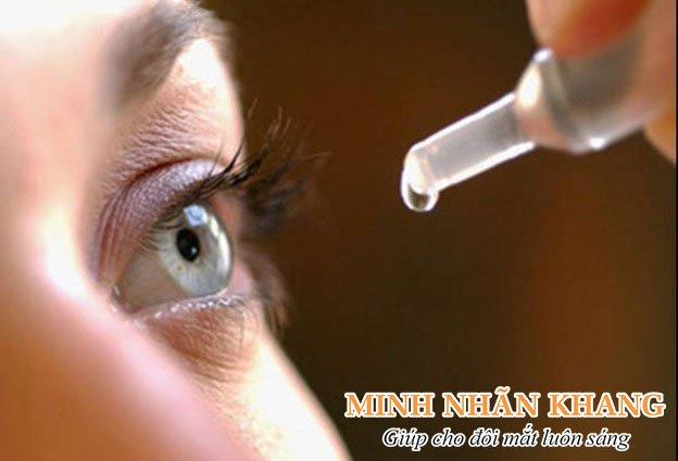 Nước mắt nhân tạo sẽ giúp giữ ẩm cho mắt